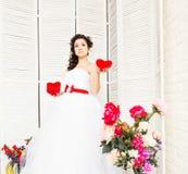 De dag van de gelukkige Valentijnskaart Bruid met rood hart Huwelijk en Valentine-concept Royalty-vrije Stock Afbeelding