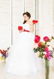 De dag van de gelukkige Valentijnskaart Bruid met rood hart Huwelijk en Valentine-concept Stock Foto