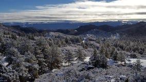 De dag van de pretsneeuw in de wintersprookjesland Stock Fotografie