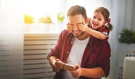 De dag van de vader `s Gelukkige familiedochter die papa en lach koesteren stock foto's