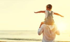 De dag van de vader `s Papa en kinddochter die samen in openlucht o spelen royalty-vrije stock foto