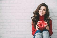 De dag van de valentijnskaart Mooi meisje met een hart van de giftdoos Royalty-vrije Stock Foto's