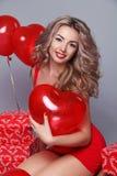 De Dag van de valentijnskaart. Mooie gelukkige vrouw met rode hartballons o Stock Fotografie