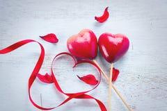 De dag van de valentijnskaart `s Het elegant rood lint van de satijngift en paar van rode harten royalty-vrije stock fotografie