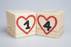 De dag van de valentijnskaart `s Houten kubussen met met de hand geschreven en vier binnen rode harten Royalty-vrije Stock Afbeeldingen