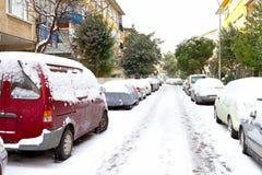 De dag van de winter met geparkeerde auto's Stock Foto's