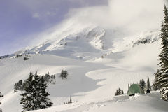 De Dag van de winter op Regenachtiger Onderstel stock foto's