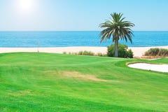 De dag van de zomer op de golfcursus dichtbij s stock afbeelding