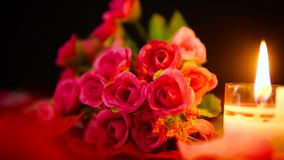 De dag van decoratievalentine met van de bloemboeket en kaars het branden lengte stock video