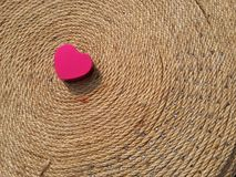 De dag van gelukkig rood hartvalentine op zwarte grond Royalty-vrije Stock Foto's