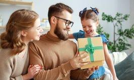 De dag van de gelukkige vader! de het familiemamma en dochter wensen papa geluk en geven gift royalty-vrije stock foto