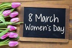 De Dag van gelukkige Vrouwen met tulpen Stock Afbeeldingen