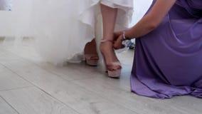 De dag van het bruid` s huwelijk, bruid` s schoenen, hielen, vakantie stock footage