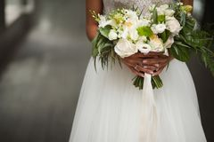 De dag van het huwelijk Mooie bruid met huwelijksboeket van bloemen in handen Stock Afbeeldingen