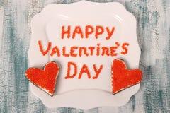 De Dag van inschrijvings 'Gelukkig Valentine 'van rode kaviaar op een witte plaat met canapes royalty-vrije stock foto's