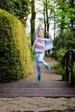 De Dag van kinderen Gelukkige kindlooppas en sprongen Stock Foto