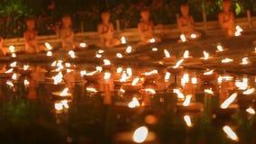 De dag van Maghapuja, Monniken steekt de kaars voor Boedha aan, stock footage