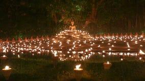 De dag van Maghapuja, Monniken steekt de kaars voor Boedha aan, stock videobeelden