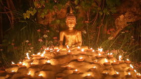 De dag van Maghapuja, Monniken steekt de kaars voor Boedha aan, stock video