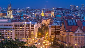 De dag van Praag aan nacht timelapse, fantastische oude stadsdaken tijdens schemering met torens en Tsjechische nachtverlichting, stock footage