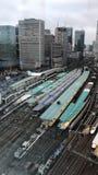 De dag van de tijdtijdspanne aan nacht van hoge snelheidstreinen die en bij de Post van Tokyo komen gaan stock footage
