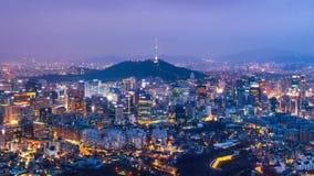 De dag van de tijdtijdspanne aan nachthorizon van Seoel met de toren van Seoel, Zuid-Korea Gezoem binnen stock video