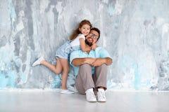 De dag van de vader `s Gelukkige familiedochter die papa en lach dichtbij koesteren royalty-vrije stock afbeeldingen