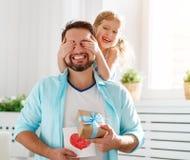 De dag van de vader `s Gelukkige familiedochter die papa en lach koesteren stock afbeeldingen