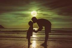 De dag van de vader `s Silhouet zijaanzicht van het houden van van kind die haar F kussen stock afbeelding