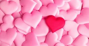 De dag van de valentijnskaart `s Achtergrond van vakantie de abstracte roze Valentine met satijnharten Het concept van de liefde royalty-vrije stock afbeelding
