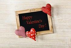 De dag van de valentijnskaart `s Een lay-out voor een prentbriefkaar Het houten kader is lege en eigengemaakte harten De gelukkig stock foto