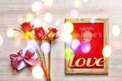 De dag van de valentijnskaart `s Gelukkige de Dagkaart van Valentine ` s, giftdoos en rode ro Stock Foto's