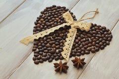 De dag van de valentijnskaart `s Geroosterde die koffiebonen in vorm van hart, boog van kantvlecht en steranijsplant worden opgem royalty-vrije stock afbeeldingen
