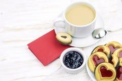 De dag van de valentijnskaart `s ochtendkoffie met gebakjes en harten stock afbeeldingen