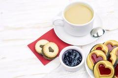 De dag van de valentijnskaart `s ochtendkoffie met gebakjes en harten royalty-vrije stock foto's