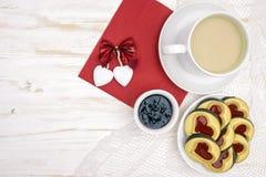 De dag van de valentijnskaart `s ochtendkoffie met gebakjes en harten royalty-vrije stock foto