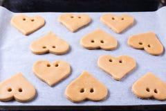 De dag van de valentijnskaart `s Proces om peperkoek te koken Bak het zoete concept van het cakedessert royalty-vrije stock afbeeldingen