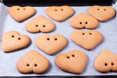 De dag van de valentijnskaart `s Proces om peperkoek te koken Bak het zoete concept van het cakedessert royalty-vrije stock afbeelding