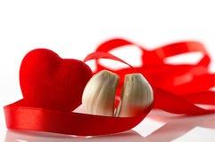 De dag van de valentijnskaart `s Rood hart en rood lint, als symbool van de vakantie Royalty-vrije Stock Afbeeldingen