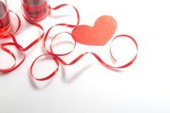 De dag van de valentijnskaart `s Twee glazen met rode wijn en giften Hoogste mening royalty-vrije stock foto