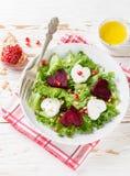 De dag van de valentijnskaart `s Verse salade met geitkaas, geroosterde bieten en sla Royalty-vrije Stock Afbeeldingen