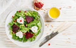 De dag van de valentijnskaart `s Verse salade met geitkaas, geroosterde bieten en sla Stock Foto