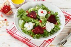 De dag van de valentijnskaart `s Verse salade met geitkaas, geroosterde bieten en sla Stock Foto's