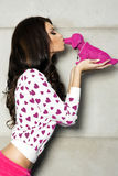 De dag van Valentine, het donkerbruine meisje stellen. Royalty-vrije Stock Foto's
