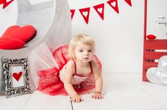 De dag van Valentine - portret van een leuk klein babymeisje stock afbeelding