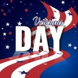 De dag van veteranen Abstracte Amerikaanse achtergrond met golvende gestreepte vlag, sterrig patroon en bezinning Stock Afbeeldingen