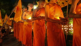 De Dag van Visakhabucha, Chiangmai, Thailand (dolly verlaten schot) stock footage