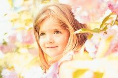 de dag van vrouwen gezicht en skincare Allergie voor bloemen De manier van het de zomermeisje Gelukkige kinderjaren de lente Weer royalty-vrije stock fotografie
