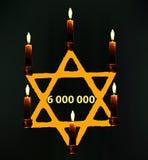 De Dag van de wereldholocaust Yom azikaron in Hebreeuws Memorial Day dag van herinnering Gele ster met kaarsen Vector stock illustratie