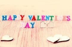De dag van woorden gelukkige valentijnskaarten maakte met blok houten brieven Stock Fotografie
